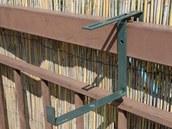 Kbelík zavěsíme na obyčejný kovový hák určený pro truhlíky.