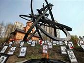 Pam�tn�k ob�tem �ernobylsk� hav�rie obklopen� fotkami ob�t� v ukrajinsk�m Kyjev�. (26. dubna 2011)
