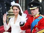 Po ob�adu zam��ili novoman�el� ko��rem do Buckinghamsk�ho pal�ce. (29. dubna 2011)