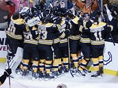 MART�RIUM KON��. Jedno a p�l prodlou�en� pot�ebovali hr��i Bostonu, ne� vypukla jejich radost z v�hry nad Montrealem. Bruins zv�ili stav s�rie na 3:2.