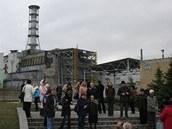 Černobylský IV. reaktor se sarkofágem před třemi lety, před zahájením stavby nového krytu, který ho má zcela skrýt očím návštěvníků.