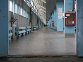Nástupištěm na nádraží u černobylské elektrárny denně projde 3 500 lidí, kteří ještě 25 let po havárii pracují na nápravě škod.