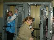 Celotělové dozimetry, kterými musí procházet všichni zaměstnanci a návštěvníci areálu černobylské elektrárny.