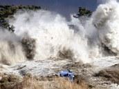 Březnová tsunami ve chvíli, kdy dorazila na pobřeží. Právě síla této vlny způsobila havárii na Fukušimě. Zemětřesení elektrárnu nijak nepoškodilo.