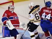 Montrealsk� obr�nce Roman Hamrl�k (vpravo) br�n� bostonsk�ho Brada Marchanda p�ed g�lmanem Careym Pricem.