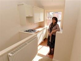 V pat�e rodinn�ho domu je kuchyn� s plynovou troubou a varnou deskou. Na sn�mku je realitn� makl��ka Julie Williamsov�.