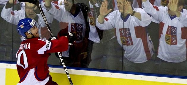 POJISTKA. Roman �ervenka se raduje, práv� vst�elil �tvrtý gól a oslavuje s fanou�ky.
