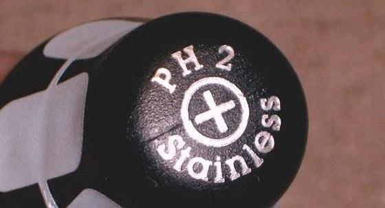 Na šroubováku u značkových výrobků najdete označení typu hrotu a velikost.