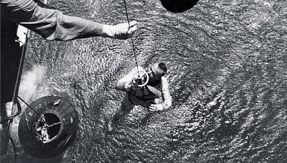 Záchranáři vytahují ze záchranného modulu Freedom 7 astronauta Alana Sheparda.