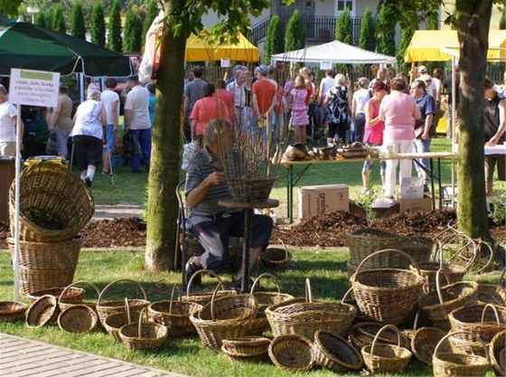 Na farmářských trzích v Chlumanech najdete i tradiční řemeslné výrobky.