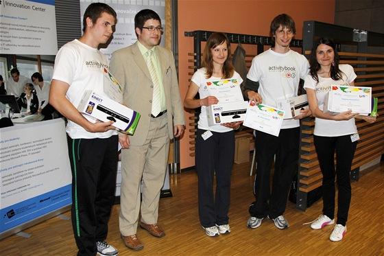 Tým Double Trouble Turtle Power stojící za projektem Activity Book a Filip Řehořík z Microsoftu.