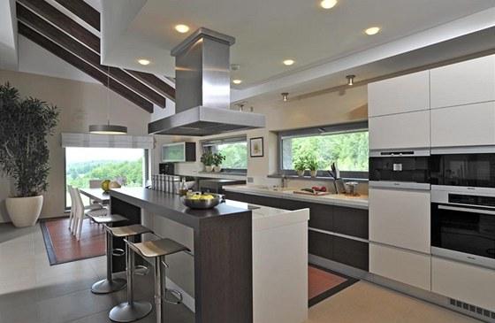Kuchyně od firmy Brick s jídelnou je ve společenském prostoru výškově vymezena dvěma schody.