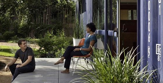 Manželé Hillovi na terase svého zahradního domku.