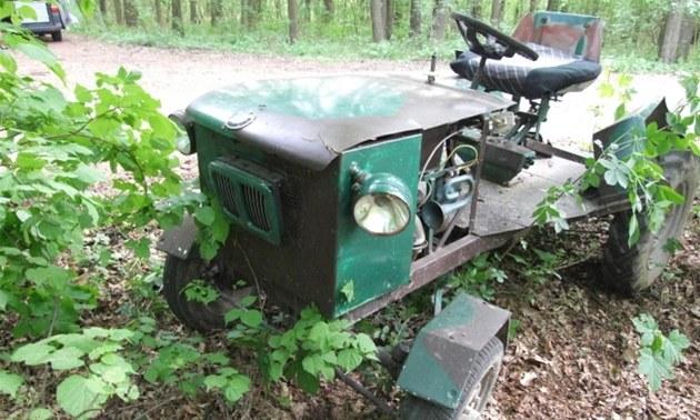 Nehoda trakt�rku na lesní cest� u Kocbe�í na Trutnovsku (30. dubna 2011)