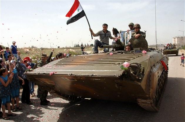 Syrské tanky obsazují jedno m�sto za druhým a propaganda tvrdí, �e je lidé vítají s nad�ením