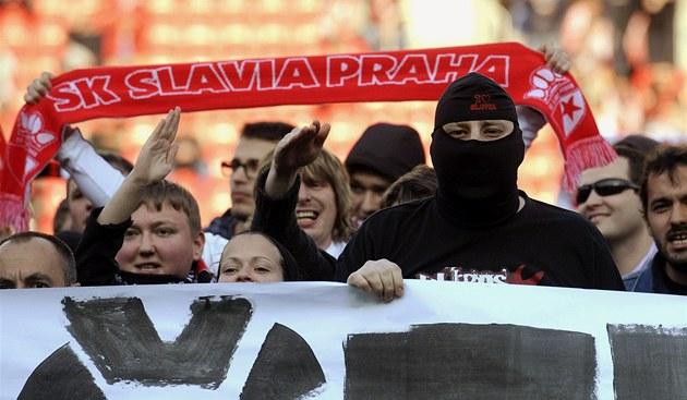 Nespokojení fanou�ci Slavie protestují proti vedení klubu.
