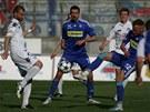 POKOPOU SE? Tohle vypadá na tvrdý souboj o míč v podání olomouckého Jakuba Petra (vpravo) a Tomáše Košúta ze Slovácka. A jakoby rozhodčí přihlíží Michal Ordoš.
