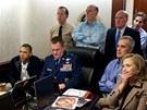Americký prezident Barack Obama, viceprezident Joe Biden, ministryně zahraničí Hillary Clintonová, šéf Pentagonu Robert Gates a další lidé sledují v takzvané Situation Room v Bílém domě operaci proti Usámu bin Ládinovi