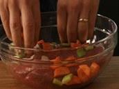 K masu do misky přidejte pokrájenou zeleninu.