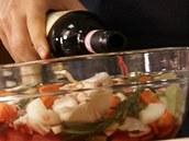 Nezapomeňte přidat půl paličky česneku a vše zalijte dobrým červeným vínem.