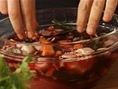 Maso i zelenina by měly být ve víně ponořené.