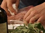 Po 12 hodinách maso vyjměte z marinády a pečlivě vysušte.