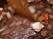 K orestovanému masu přidejte přecezenou a odkapanou zeleninu.