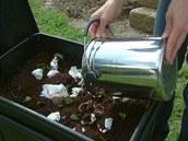 Na podest�lku prvn�ho startovn�ho boxu p�isypete prvn� hrsti kuchy�sk�ho odpadu a kompost�r uzav�ete v�kem.