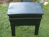 ��al� kompost�r t�sn� po zalo�en�, tedy s prvn�m p��davn�m boxem. Dal�� p�id�v�te podle pot�eby.