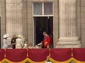 Záběr z královské svatby, kdy Kate pokleká před Williamem