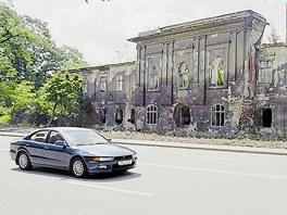 Snímek zachycující stav zámku rok po požáru.