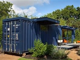 Polovina přestavěného kontejneru je využívána jako klasický zahradní domek s úložnými prostory.