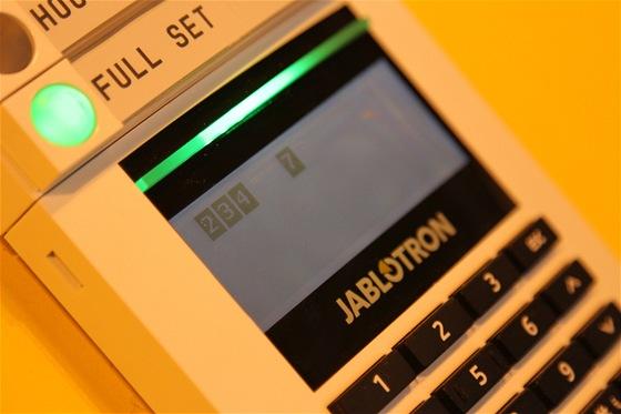 Nový alarm od Jablotronu. Část s klávesnicí pro zadání kódu, který však může nahradit přístupová karta. Případně lze obě možnosti kombinovat.