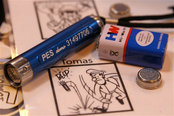 """Bezpečnostní senzor firmy Tomst hlídá i bachaře. Je odolný proti napětí a zaznamená i """"útok"""" devítivoltovou baterkou. Vše reportuje zaměstnavateli."""