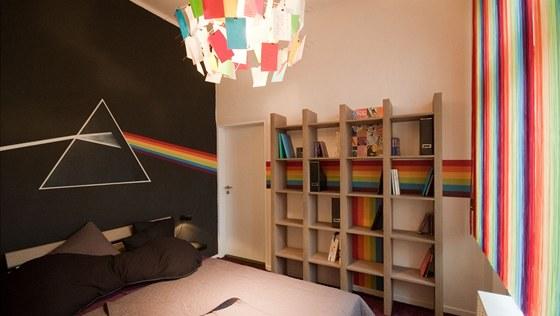 Čtrnáctiletá dcera obdivuje skupinu Pink Floyd. Motiv z přebalu jejich slavné desky se proto objevil na stěně.