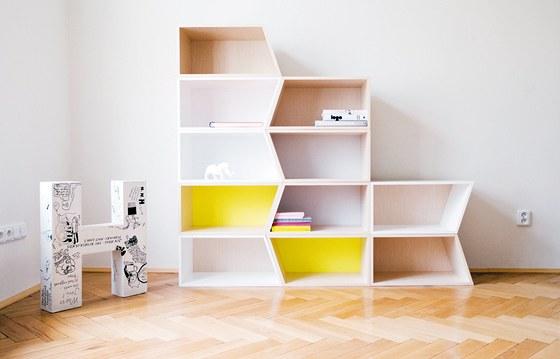 Knihovna Cheecky Boxes: modulární skříňky můžete zkombinovat tak, jak vám vyhovuje. Autorka je navrhla pro českou firmu Process. Získala za ně (stejně jako za stůl TreasuryTable) ocenění Objev roku Czech Grand Design 2009.