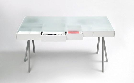 Stůl Treasury Table. Je vyroben z lakovaného dřeva se skleněnou deskou. Velikost zásuvek odpovídá nástrojům na psaní, osobním věcem, ale také různým velikostem papírů. Průhlednost desky stolu poskytuje přehled a nutí k pořádku.