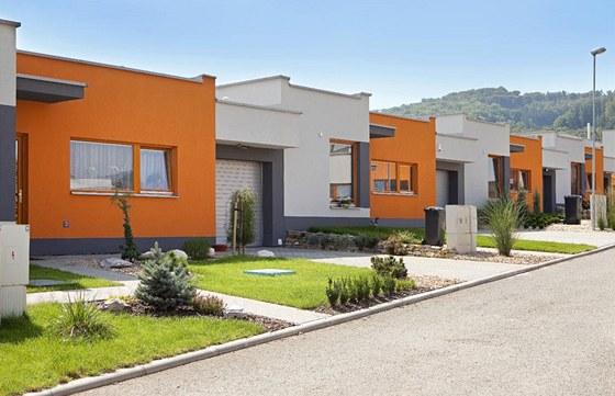 Různá barevnost omítek, různé výšky a vzájemné posunutí hmot dodávají řadě jednoduchých přízemních domů velkou pestrost. Zdroj: www.mujdum.cz