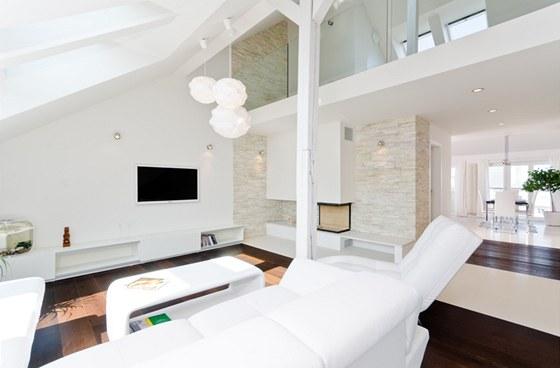 Díky bílé působí celý interiér vzdušně a nadčasově.