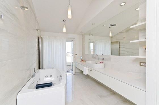 Pokud nejsou závěsy zatažené, můžete si z vany dopřát nádherný výhled do okolí.