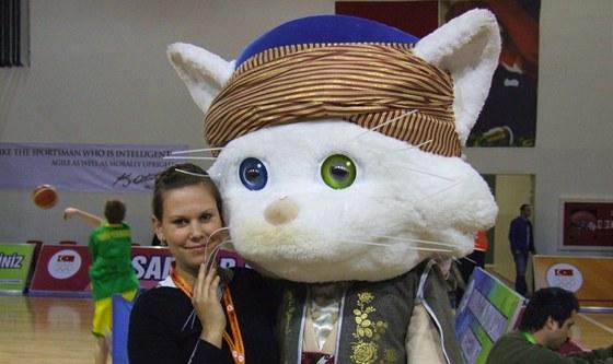 �esk� tren�rka Veronika Mat�jkov� a maskot d�tsk�ch her v Turecku.