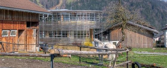 Patrový dům je postavený z modřínového dřeva.