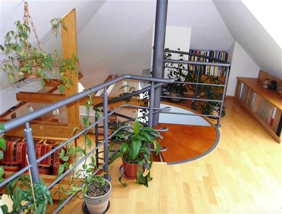 Byt vznikl v roce 1998 jako střešní vestavba v cihlové osmibytovce z roku 1956, tzv. dvouletkovém domě ve zlínské čtvrti Lazy.