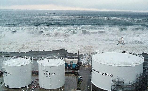 Snímky spole�nosti Tepco ukazují náraz tsunami ve Fuku�im�. (11. b�ezna 2011)