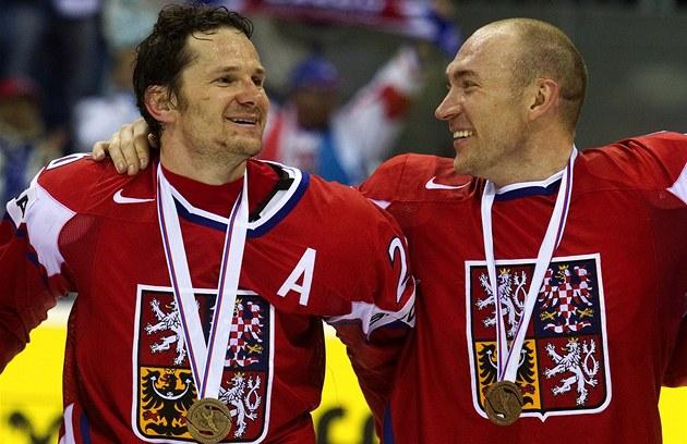 SRANDA. Obránce Karel Rachůnek (vpravo) se usmívá na spoluhráče Patrika Eliáše. Na krku jim visí bronzová medaile.