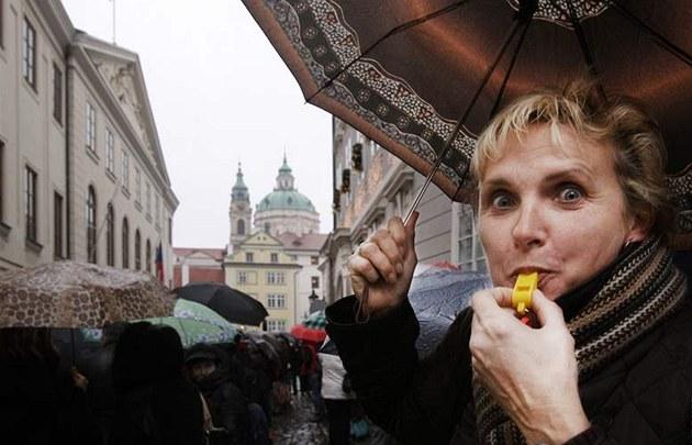 V Praze p�ed Sn�movnou demonstrovali u�itelé z celé republiky za vy��í platy. (8. prosince 2009)