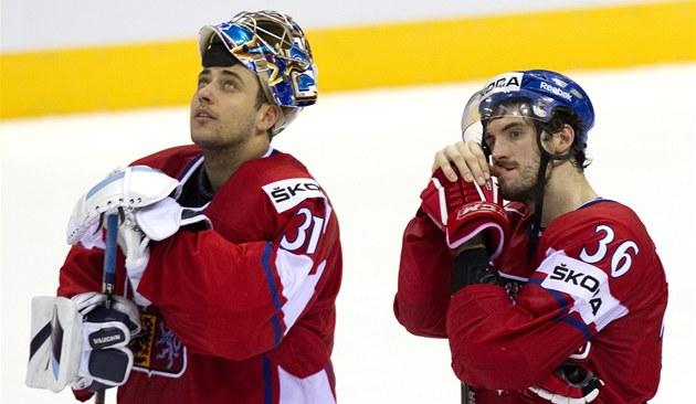 KDYŽ ZNÍ ŠVÉDSKÁ HYMNA... Čeští hokejisté Ondřej Pavelec (31) a Petr Čáslava sledují, jak halou stoupá švédská vlajka.