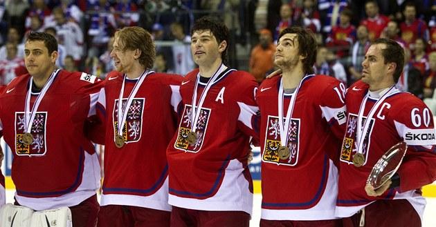 S BRONZOVÝMI MEDAILEMI NA KRKU. Trofej pro třetí nejlepší tým mistrovství světa už je v rukách kapitána Tomáše Rolinka a čeští hokejisté si vychutnávají hymnu.