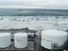 Snímky společnosti Tepco ukazují náraz tsunami ve Fukušimě. (11. března 2011)