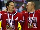 SRANDA. Obr�nce Karel Rach�nek (vpravo) se usm�v� na spoluhr��e Patrika Eli�e. Na krku jim vis� bronzov� medaile.